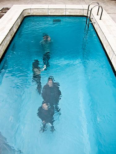 Caminar bajo las aguas de una piscina urielmania for Hablemos de piscinas